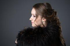 Γυναίκα σε ένα μαύρο παλτό γουνών στοκ εικόνες