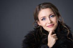 Γυναίκα σε ένα μαύρο παλτό γουνών στοκ φωτογραφίες