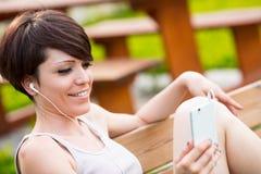 Γυναίκα σε ένα πάρκο στην τηλεδιάσκεψη Στοκ Εικόνες