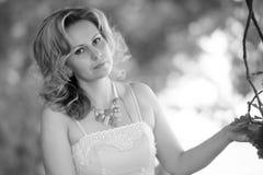 Γυναίκα σε ένα πάρκο το καλοκαίρι Στοκ φωτογραφία με δικαίωμα ελεύθερης χρήσης