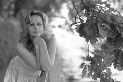 Γυναίκα σε ένα πάρκο το καλοκαίρι Στοκ Εικόνες
