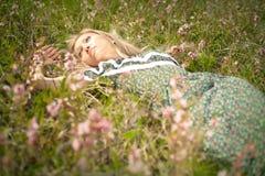 γυναίκα σε ένα πορτρέτο χλόης και λουλουδιών Στοκ φωτογραφία με δικαίωμα ελεύθερης χρήσης