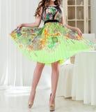 Γυναίκα σε ένα πολυτελές φωτεινό φόρεμα θερινού ασβέστη Στοκ Εικόνα