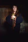 Γυναίκα σε ένα σκοτεινό φόρεμα με το ξίφος Στοκ φωτογραφία με δικαίωμα ελεύθερης χρήσης