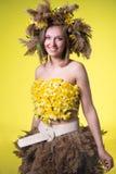 Γυναίκα σε ένα στεφάνι των καλάμων και daffodils στοκ φωτογραφίες με δικαίωμα ελεύθερης χρήσης