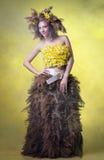 Γυναίκα σε ένα στεφάνι των καλάμων και daffodils στοκ εικόνα