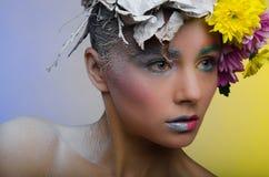 Γυναίκα σε ένα στεφάνι των λουλουδιών Στοκ Εικόνες