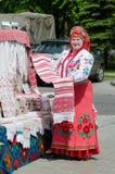 Γυναίκα σε ένα της Λευκορωσίας κοστούμι με την πετσέτα στα χέρια Στοκ εικόνα με δικαίωμα ελεύθερης χρήσης