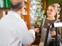Γυναίκα σε ένα φαρμακείο Στοκ φωτογραφίες με δικαίωμα ελεύθερης χρήσης