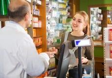 Γυναίκα σε ένα φαρμακείο Στοκ Φωτογραφία