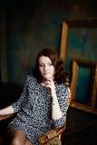 Γυναίκα σε ένα φόρεμα τυπωμένων υλών λεοπαρδάλεων Στοκ εικόνα με δικαίωμα ελεύθερης χρήσης