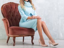 Γυναίκα σε ένα όμορφο μπλε φόρεμα Στοκ Εικόνες