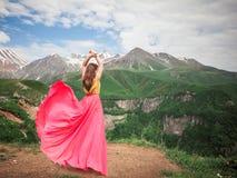 Γυναίκα σε ένα όμορφο φόρεμα στα βουνά στοκ εικόνες