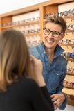 Γυναίκα σε ένα eyewear κατάστημα στοκ εικόνες