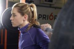Γυναίκα σε βάρη ανύψωσης γυμναστικής σε Barbell Στοκ εικόνα με δικαίωμα ελεύθερης χρήσης