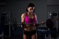 Γυναίκα σε βάρη ανύψωσης γυμναστικής στοκ φωτογραφίες με δικαίωμα ελεύθερης χρήσης