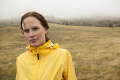 Γυναίκα σε κίτρινο στο βροχερό τρέξιμο ημέρας Στοκ φωτογραφίες με δικαίωμα ελεύθερης χρήσης