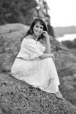 Γυναίκα σε μια άσπρη συνεδρίαση φορεμάτων, εκλεκτής ποιότητας μονοχρωματικό πορτρέτο Στοκ Εικόνες