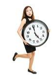 Γυναίκα σε μια βιασύνη που τρέχει με ένα μεγάλο ρολόι στοκ φωτογραφία
