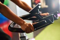 Γυναίκα σε μια γυμναστική που κάνει την περιστροφή ή κυκλο εσωτερικό με το έξυπνο ρολόι στοκ φωτογραφία με δικαίωμα ελεύθερης χρήσης