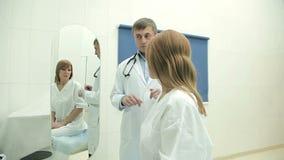 Γυναίκα σε μια ιατρική εξέταση απόθεμα βίντεο