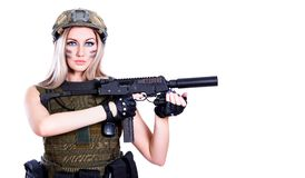 Γυναίκα σε μια στρατιωτική κάλυψη που κρατά το SMG Στοκ Φωτογραφία