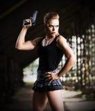 Γυναίκα σε ομοιόμορφο με το πυροβόλο όπλο (σκοτεινή έκδοση) Στοκ Εικόνες