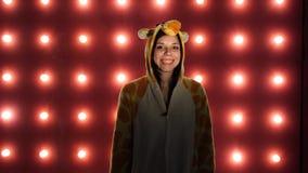 Γυναίκα σε πυτζάμες των έξυπνων παιδιών υπό μορφή καγκουρό συναισθηματικό πορτρέτο ενός σπουδαστή παρουσίαση κοστουμιών απόθεμα βίντεο
