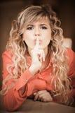 γυναίκα σιωπής κλήσεων Στοκ εικόνες με δικαίωμα ελεύθερης χρήσης