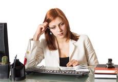 Γυναίκα σκεπτόμενη για ένα σημειωματάριο στοκ φωτογραφία με δικαίωμα ελεύθερης χρήσης