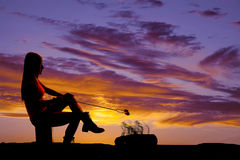 Γυναίκα σκιαγραφιών που ψήνει marshmallow Στοκ Εικόνες