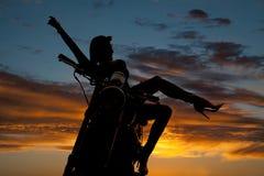 Γυναίκα σκιαγραφιών στο πόδι βραχιόνων μοτοσικλετών έξω Στοκ φωτογραφίες με δικαίωμα ελεύθερης χρήσης