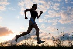γυναίκα σκιαγραφιών τρεξί Στοκ εικόνα με δικαίωμα ελεύθερης χρήσης
