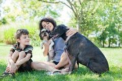 γυναίκα σκυλιών παιδιών Στοκ εικόνες με δικαίωμα ελεύθερης χρήσης