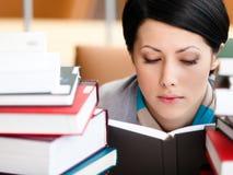 Γυναίκα σπουδαστής βιβλίων ανάγνωσης στοκ φωτογραφία με δικαίωμα ελεύθερης χρήσης