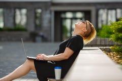 Γυναίκα σπουδαστής με το γέλιο lap-top στοκ φωτογραφίες