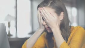 Γυναίκα σπουδαστής με το lap-top που διασχίζει τα δάχτυλα, που απογοητεύεται για τα αποτελέσματα της δοκιμής φιλμ μικρού μήκους