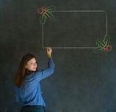 Γυναίκα, σπουδαστής ή δάσκαλος με το γράψιμο των επιλογών ελαιόπρινου Χριστουγέννων σχεδίων για να κάνει τον πίνακα ελέγχου Στοκ εικόνες με δικαίωμα ελεύθερης χρήσης