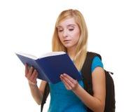 Γυναίκα σπουδαστής κοριτσιών με το βιβλίο ανάγνωσης σακιδίων πλάτης τσαντών Στοκ φωτογραφία με δικαίωμα ελεύθερης χρήσης