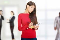 Γυναίκα σπουδαστής με το σημειωματάριο στοκ φωτογραφία με δικαίωμα ελεύθερης χρήσης
