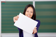 Γυναίκα σπουδαστής που κρατά το κενό έγγραφο στα χέρια στοκ εικόνες