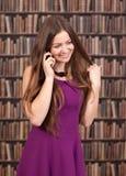 Γυναίκα σπουδαστής που μιλά στο τηλέφωνο Στοκ φωτογραφία με δικαίωμα ελεύθερης χρήσης