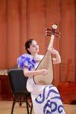 Γυναίκα σπουδαστής που παίζει το κινεζικό λαγούτο Στοκ Φωτογραφίες