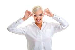 Γυναίκα στα άσπρα γυαλιά επικεφαλής ώμοι Στοκ εικόνες με δικαίωμα ελεύθερης χρήσης