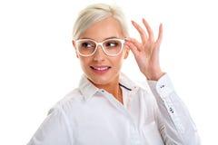 Γυναίκα στα άσπρα γυαλιά επικεφαλής ώμοι Στοκ φωτογραφία με δικαίωμα ελεύθερης χρήσης