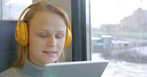 Γυναίκα στα ακουστικά που ακούει τη μουσική στον τρόπο απόθεμα βίντεο
