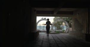 Γυναίκα στα ακουστικά που πηδούν το σχοινί στο ναυπηγείο απόθεμα βίντεο