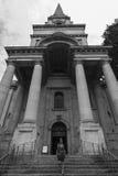 Γυναίκα στα βήματα της εκκλησίας Spitalfields Χριστού Στοκ φωτογραφία με δικαίωμα ελεύθερης χρήσης