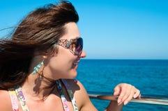 Γυναίκα στα γυαλιά ηλίου στον αέρα στοκ εικόνα