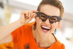 Γυναίκα στα γυαλιά ροπάλων κομμάτων στη διακοσμημένη αποκριές κουζίνα Στοκ Φωτογραφίες